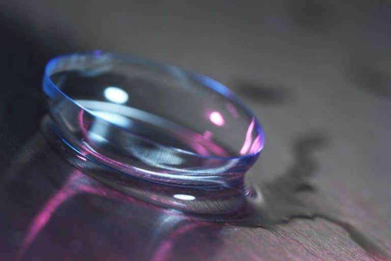 Kontaktlinsen auf Holztisch