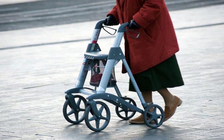 Rollator auf Straße im Winter
