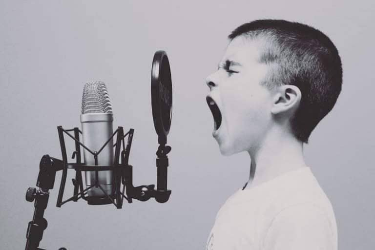 Kind schreit in Studiomikrofon