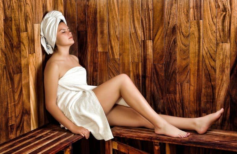 Frau sitzt in Sauna