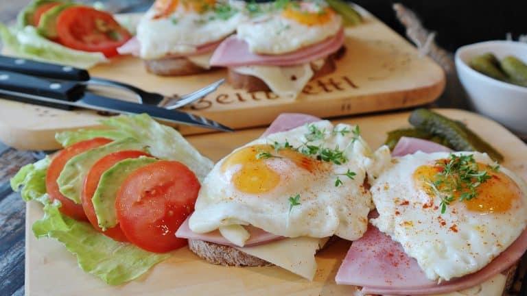 Brote mit Schinken, Käse und Ei