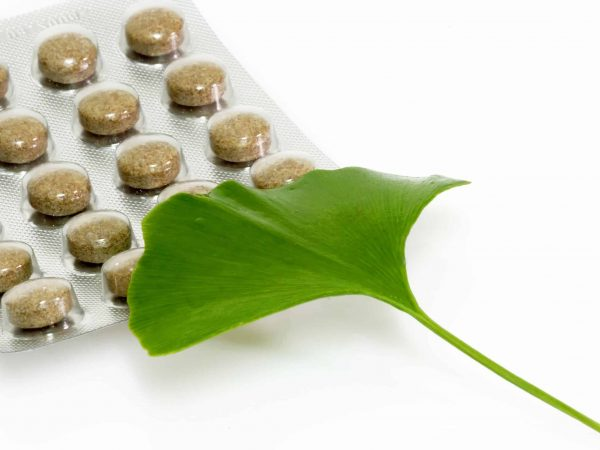 2950892 – ginkgo biloba leaf with pills on bright background.