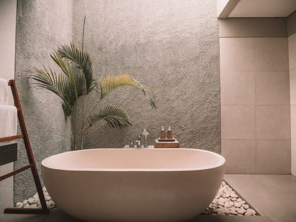 Bade deine Füße 20-30 Minuten lang. Auch in einem Vollbad solltest du so lange verbleiben (Bildquelle: unsplash.com / Jared Rice).