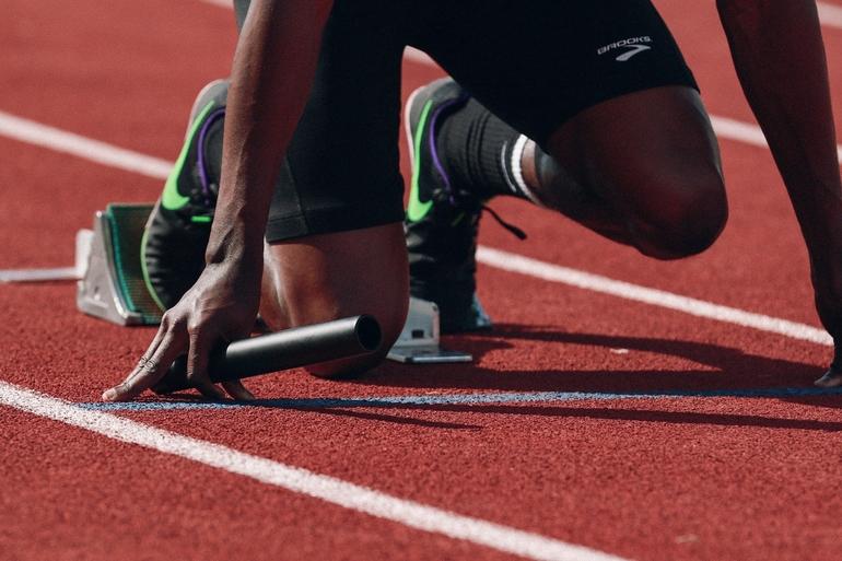 Sportler auf einer Laufstrecke.