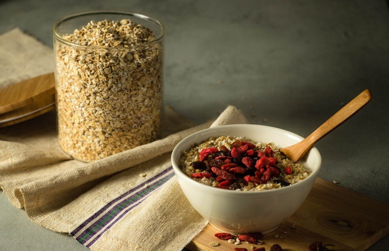Schale mit Porridge und Beeren